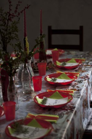 christmas table plates rosemary coca cola bottles candles